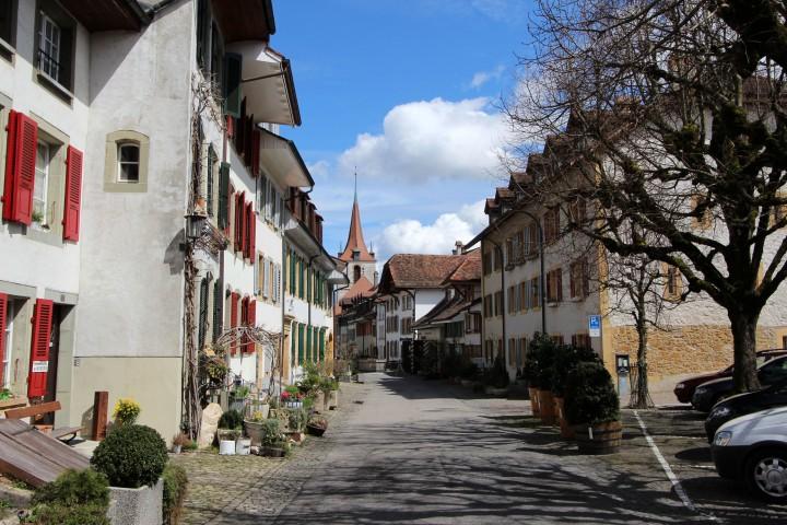Murten: Schloss, Ringmauer und Nidelkuchen am Murtensee