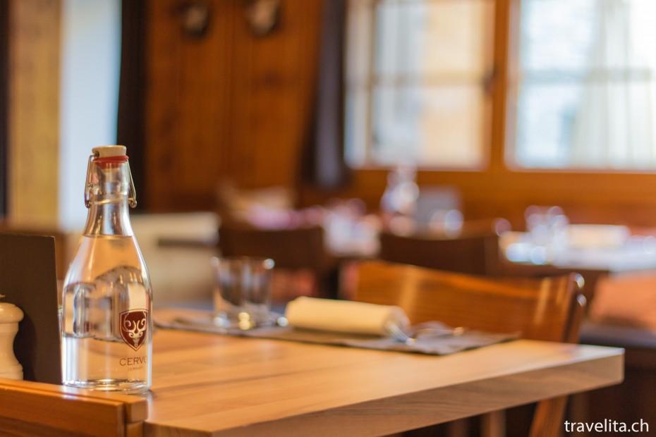 Restaurant Hotel Cervo mit Wasserflasche