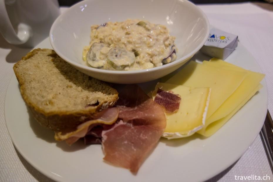 Müesli, Brot, Speck und Käse