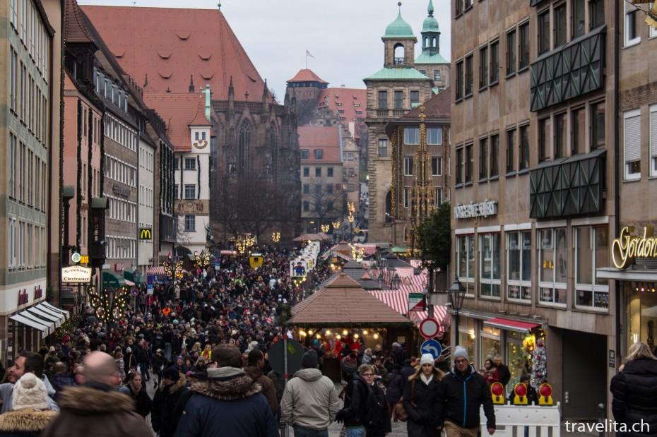Sicht über den Nürnberger Christkindlesmarkt Richtung Kaiserstallung