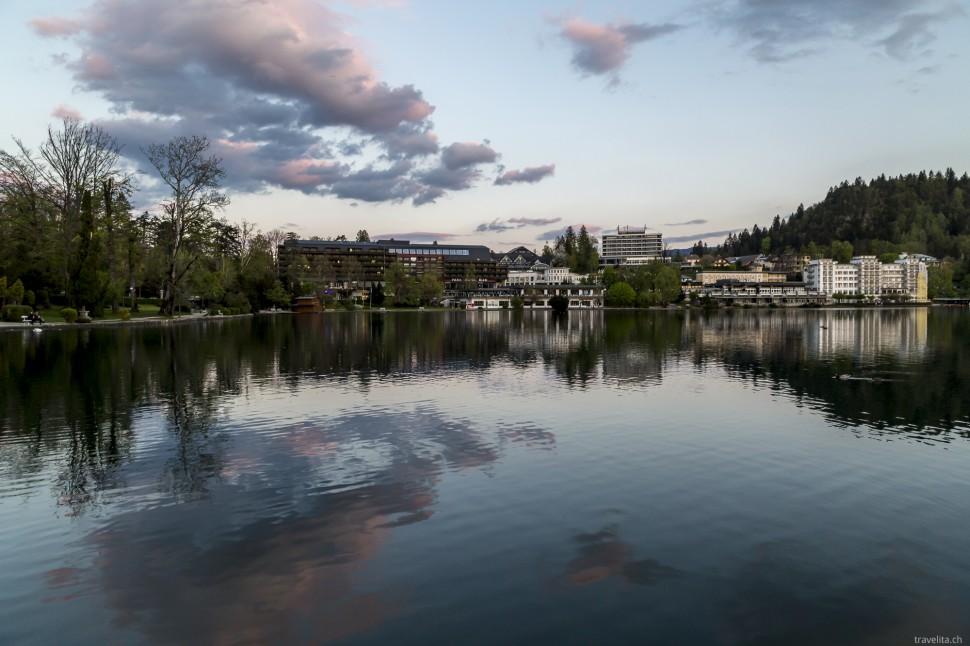Blick auf das Hotel Park und das Ufer vom Bleder See