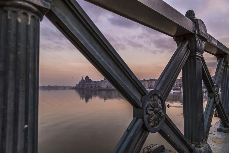 Donau-Kettenbruecke-Parlament