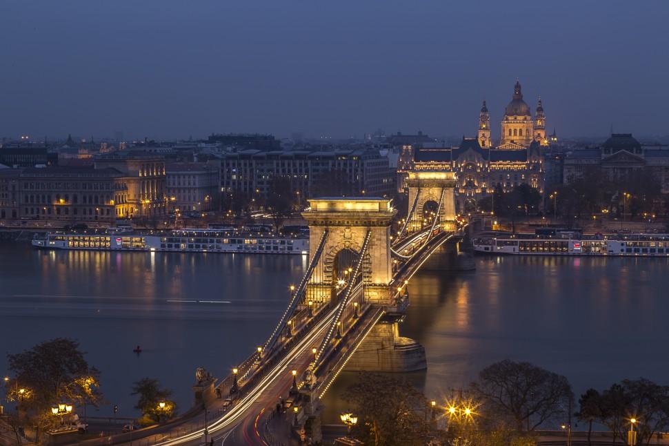 budapest-chain-bridge-night