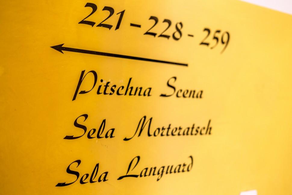 Hotel-Saratz-beschriftung