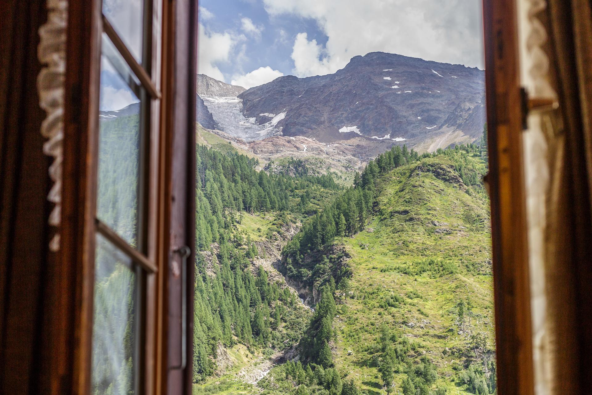 Hotel-Nest-Bietschhorn-Loetschental-Zimmer-Ausblick