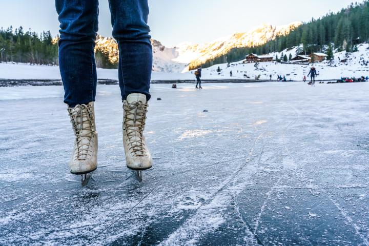 Eislaufen auf dem gefrorenen Oeschinensee