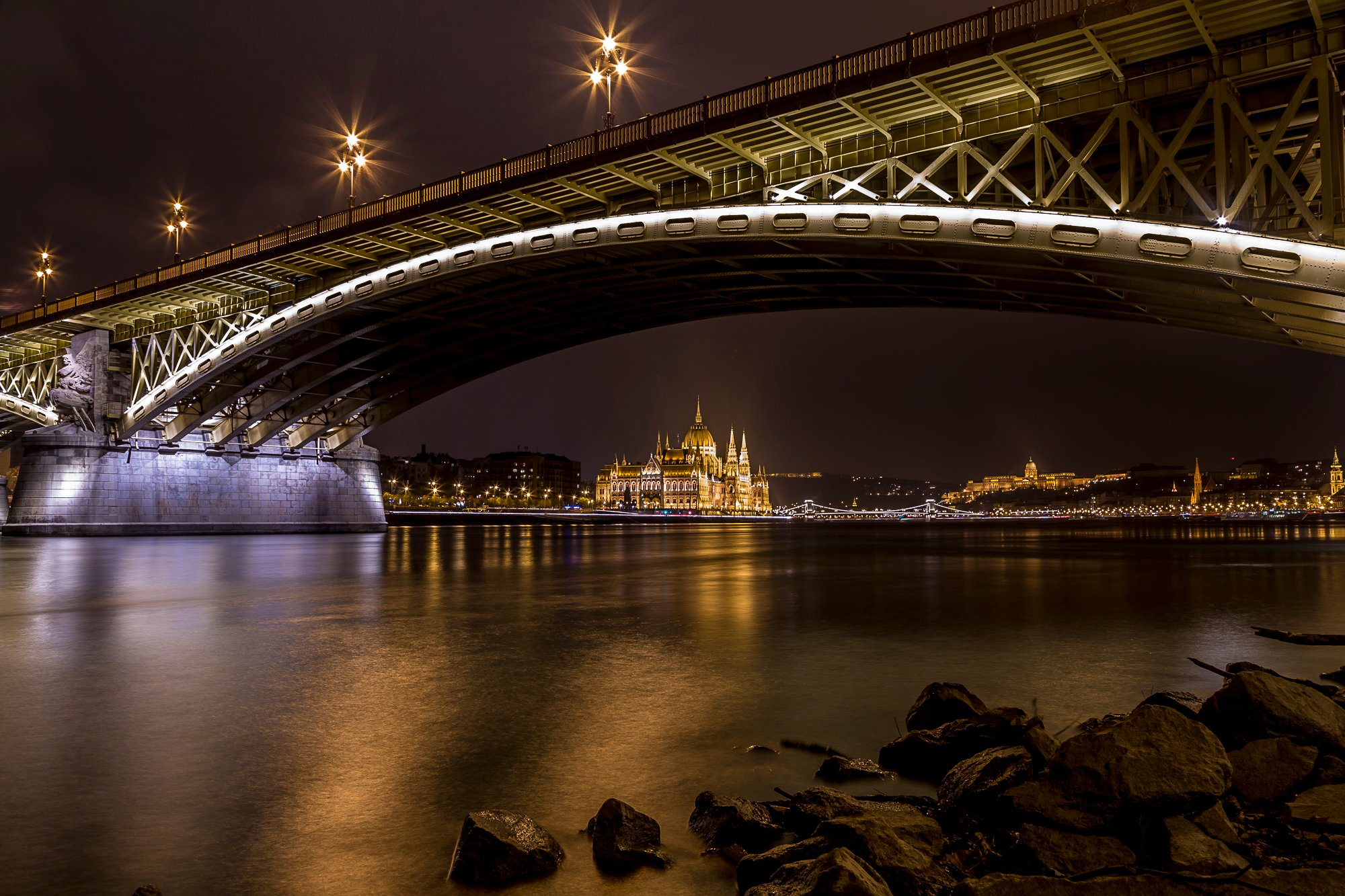 budapest-parlamient-by-night