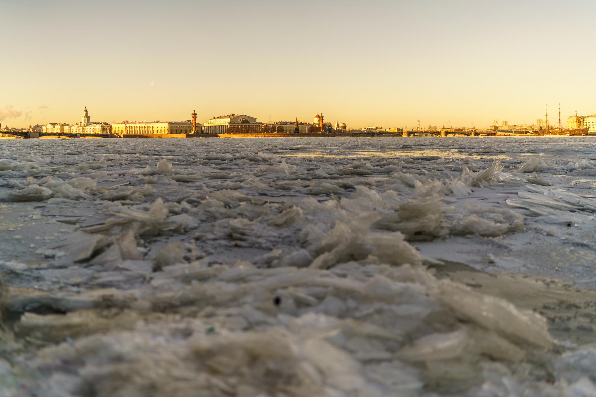 Newa-Sankt-Petersburg-gefroren