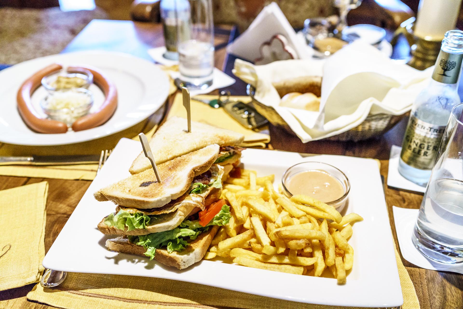 Clubsandwich und Würstl im Zürserhof