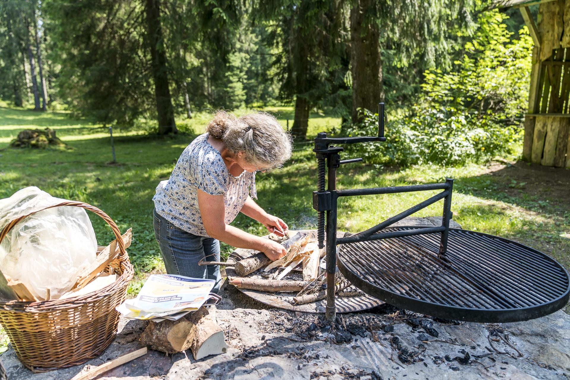 Marie-Luise Wenger auf Feuer kochen