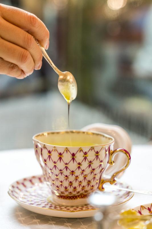 Tee süssen bei russischer Teezeremonie