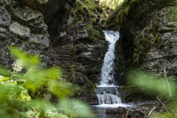Poëta-Raisse: einfache Schluchtenwanderung im Val de Travers